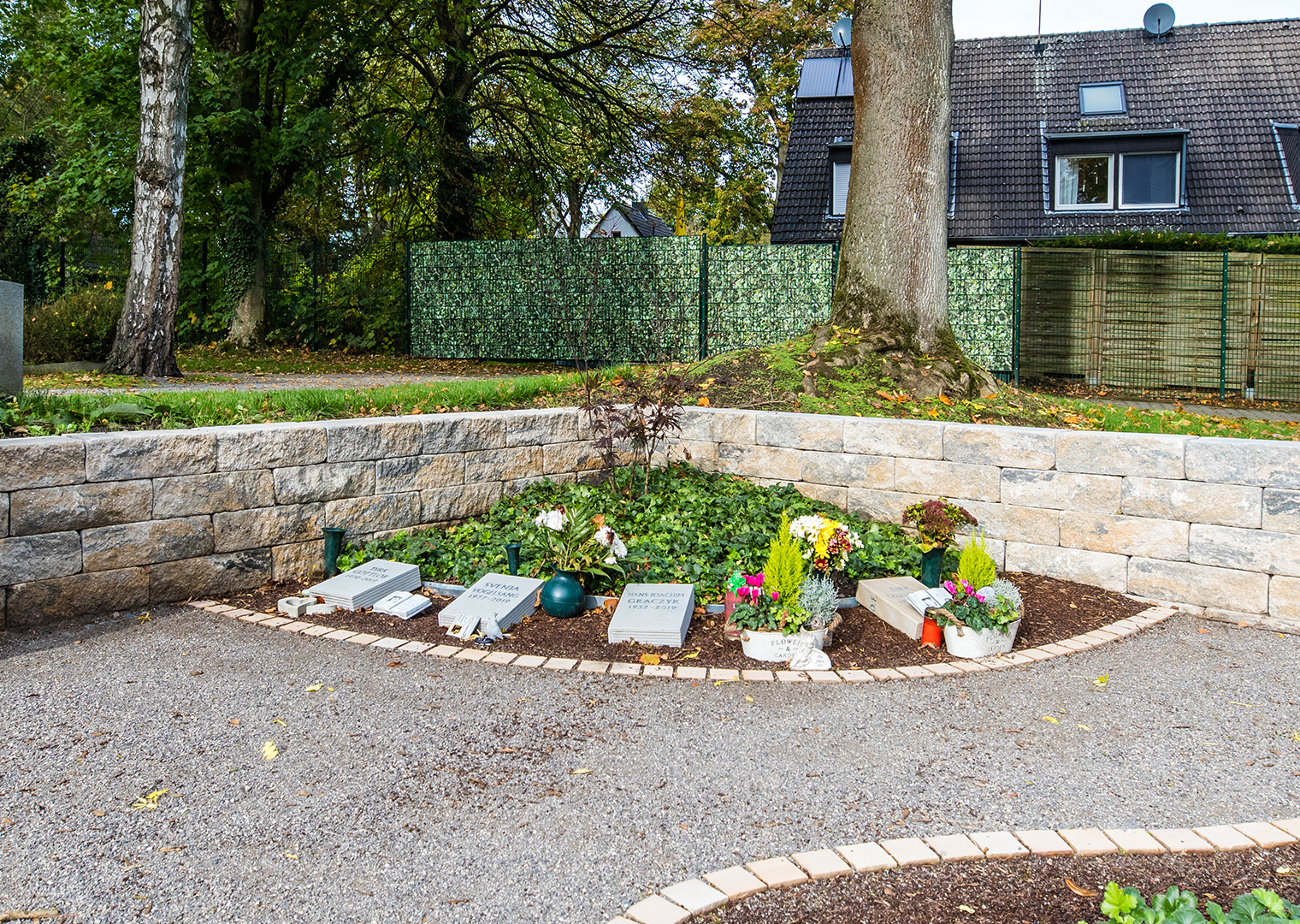 Grabpflege im Herbst: herbstlich gestaltetes Grab